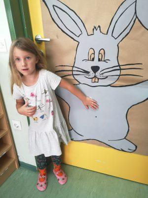 Otroci oddelka Metulji so očistili belega zajčka